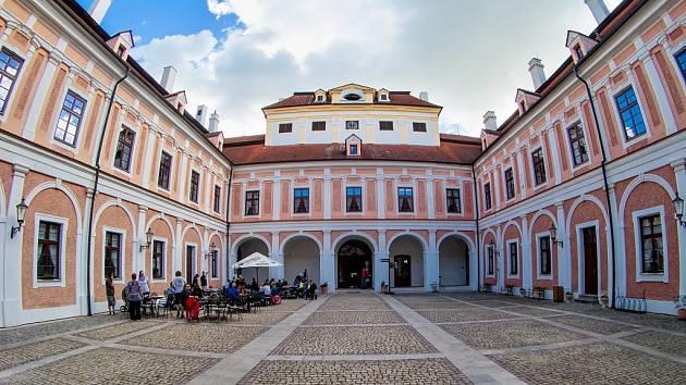 Nádvoří zámku Červený Hrádek u Jirkova