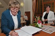 MARIE LAURINOVÁ se podepsala do pamětní knihy města a převzala cenu Jiřího Popela z Lobkovic.