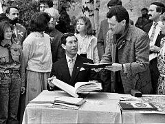 Tentokrát si připomeneme významnou návštěvu. Na zámek Jezeří přijel v roce 1991 následník britského trůnu princ Charles.