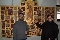 Historik Lukáš Gavenda a mluvčí muzea Petr Liebscher před čtvrttunovou deskou s drahokamy z Ciboušova. Ta je kopií části stěny kaple sv. kříže na Karlštejně.