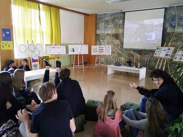 Fanoušci českým sportovcům fandí sice ve škole, prostor mají ale jak odborníci.