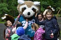 Maskot chomutovského zooparku v obležení dětí.