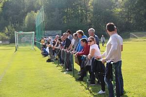 Fotbaloví fanoušci na útulném stadionu v Perštejně.