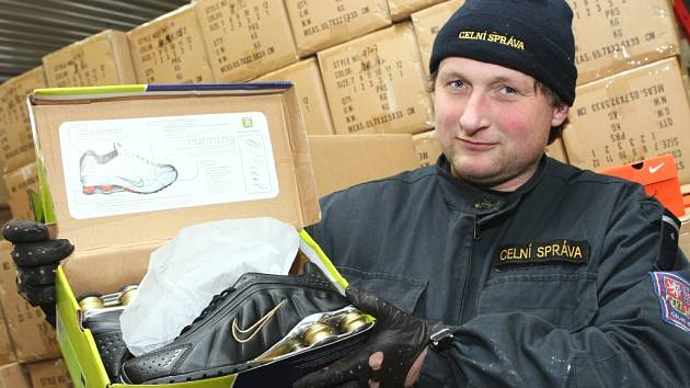 Celníci na Chomutovsku zadrželi kontejnér s plagiáty bot světových značek .Takovou to zásilku zadrželi celníci letos poprvé .Při běžné silniční kontrole narazili celníci na kontejnér v němž bylo přez devět tisíc párů bot - plagiátů značky NIKE.