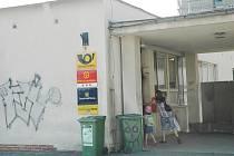 MÍSTO ČINU. K hrůzné události došlo právě tady,  před jirkovskou poštou u Horníka. Přímo pod služebnou městských strážníků.