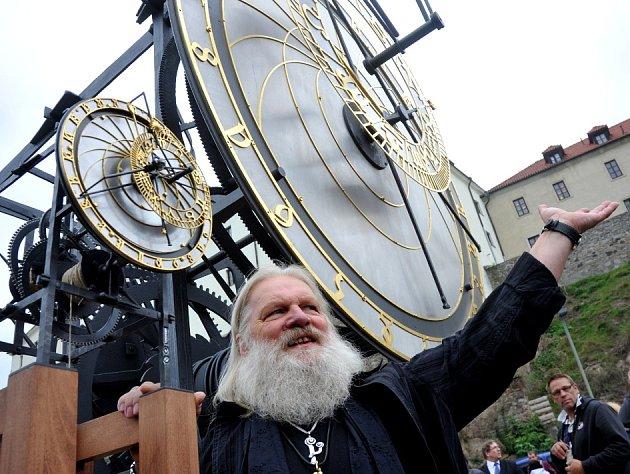 Kadaň: Pětimetrová replika Staroměstského orloje (vedle malý funkční model) a jeho, klášterecký umělecký kovář Karel Meloun.