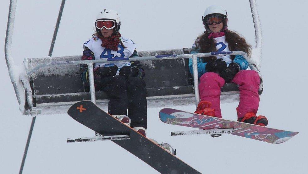 První soutěžní den na Klínovci - snowboardisté jeli paralelní slalom, alpští lyžaři obří slalom.