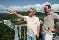 Mezi prvními návštěvníky vyhlídky byli především starostové okolních obcí a autoři stavby. Pohledem se kochá vlevo konstruktér Václav Pixa z firmy, která rozhlednu postavila, a inženýr Čáp, který stavbu projektoval.