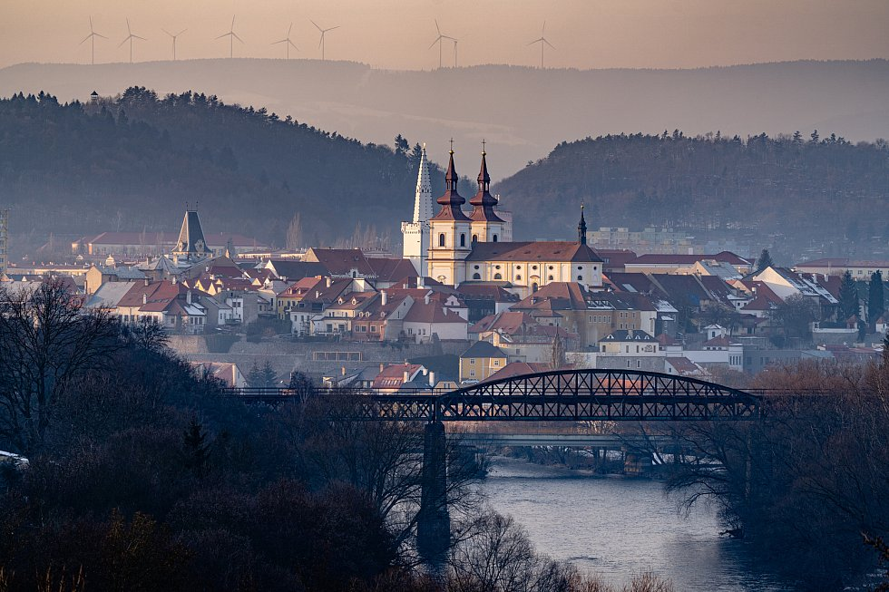 Pohled na historické centrum města Kadaně s pozadím krušných hor, kde stále pokračuje zimní počasí. (20.2.2021)