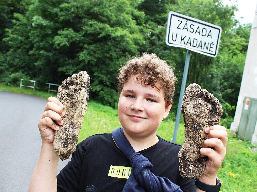 Padesátka dětí z Chomutova je na táboře v Zásadě u Kadaně. Pořádá ho Domeček Chomutov. Děti mimo jiné na táboře natáčí filmy, probíhá tam také policejní vyšetřování fiktivních zločinů.