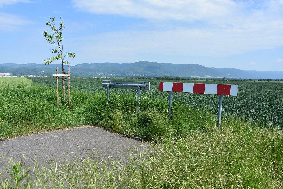 Cyklotrasu napříč poli nechali v Pesvicích postavit zhruba před čtyřmi lety. Končí na hranici katastru s Vrskmaní, která ji chce protáhnout na své území.