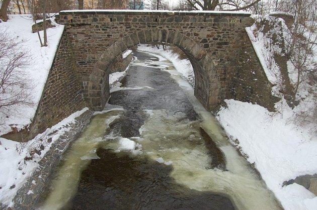 Zamrzlé koryto Chomutovky.