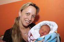 František Fialka klidně spí v náruči své maminky Evy z Místa, která jej přivedla na svět 7. prosince 2012 v 8:51 hodin. Sestřičky z chomutovské porodnice mu tehdy připsaly míry 53 centimetrů a 3,4 kilogramu .