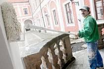 Úpravy a opravy exteriéru Červeného hrádku finišují. Malíři a trhuláři tam nyní mají plné ruce práce před zahájením turistické sezóny. Na snímku malíř Michal Bláha natírá novou fasádu zámku.