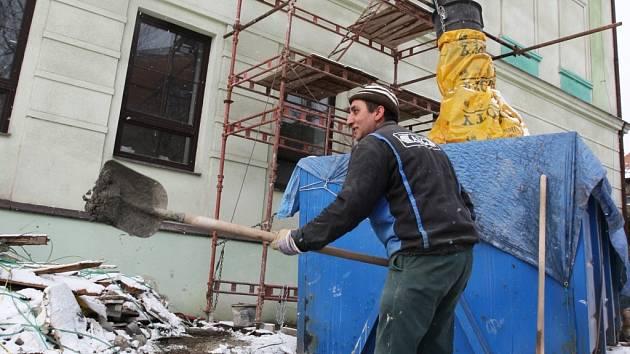 Stavební bytové družstvo (SBD) v Chomutově koupilo objekt bývalé školy, který nyní rekonstuuje pro vlastní potřeby. Z objektu bude nová správní budova SBD. Nyní objekt obsadili dělníci a řemeslníci.