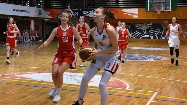 Kadetky BK Chomutov (v bílém) na snímku v utkání se Spartou Praha.