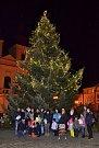 Zpívání u vánočního stromku.