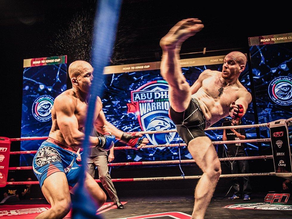 Michal Vostrý (vpravo) v oktagonu při zápasu MMA. Tento chomutovský zápasník profesionálně bojuje za pražský Pentagym.