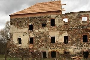 Ze zámku v Pětipsech zbyla ruina, do pořádku ho dává pražský spolek.