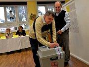 První den prezidentských voleb v Údlicích na Chomutovsku. Pečetění volební urny.