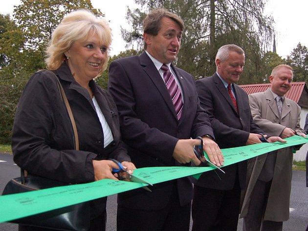 Vejprtská starosta Jitka Gavdunová s hejtmanem Jiřím Šulcem při slavnostním otevření zrekonstruované silnice.