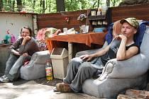 Takový příbytek si postavil Pítrs se svojí družkou, které říká Jára. Křesla, stůl - prostě obývací pokoj pod širým nebem.