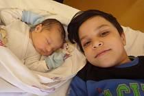 Adam Demeter spokojeně spinká v kadaňské nemocnici vedle svého osmiletého strejdy Tomáše Surmaje. Adama přivedla na svět Sabina Demeterová 6.3.2016 v 8:28 hodin. Doma v Kadani na svého syna s mírami 3,36 kg a 50 cm čeká tatínek Adam Surmaj.