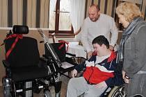 Na zámku Červený Hrádek se sešli organizátoři jirkovského Charitativního adventu a projektu Cesta proti bolesti, aby předali dvěma handicapovaným chlapcům nový elektrický vozík a poukaz na terapii