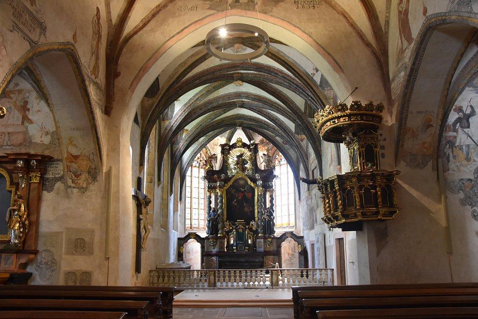 Kostel Čtrnácti sv. pomocníků poté, co jeho prostory opustili restaurátoři.