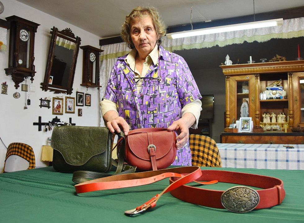 """""""Kabelky si nekupuji. Ani peněženky, pouzdra a opasky. Všechno si šiju sama,"""" říká Jolana Kunešová. Umí si i opravit a podrazit boty."""