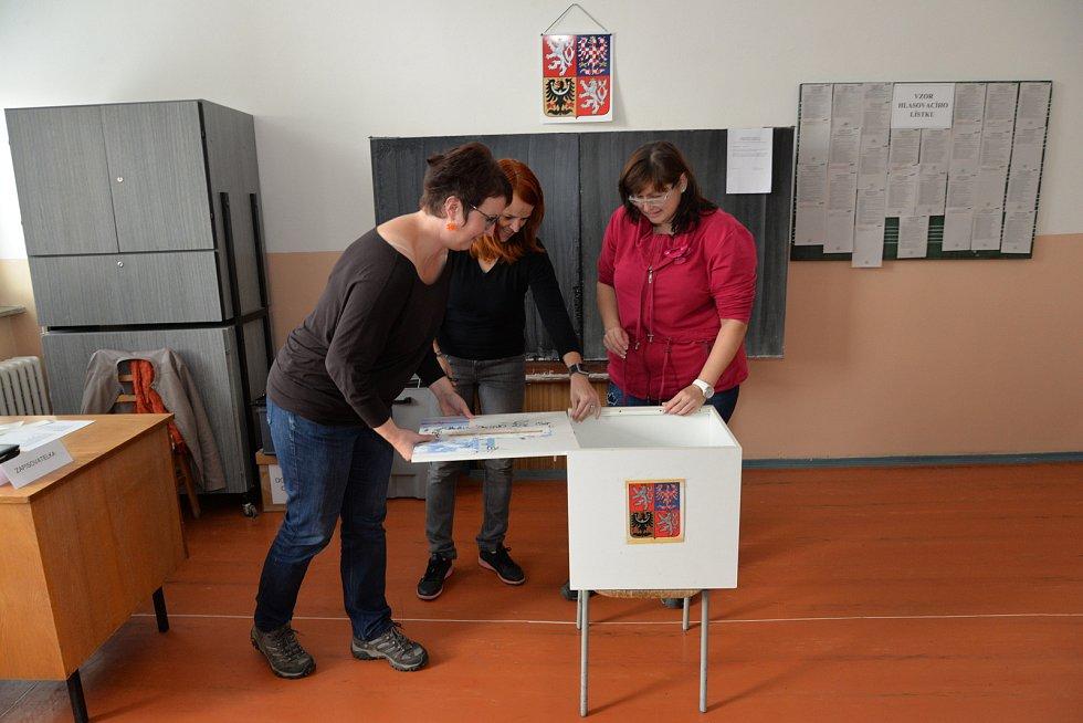 Členové volební komise zapečeťují volební urnu.