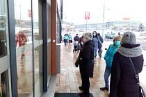 Nákupy v obchodní zóně Otvice v Chomutově. Čekajícím zákazníkům zkazila náladu neplánovaná odstávka elektřiny.