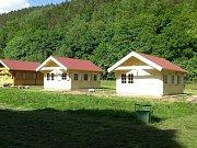 Jednou z možností ubytování v kempu jsou zrekonstruované chatky