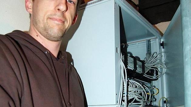 SOTVA STÍHAJÍ. V jednom z domů v Borové ulici trval výpadek dvě hodin. Napojit kabely přijel technik Jaroslav Chylík.