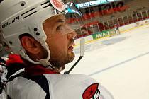 LUKÁŠ PULPÁN sleduje ze střídačky své spoluhráče na ledě při zápase s Linköpingem.