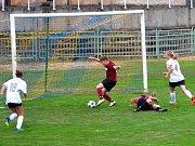 Sabina Šimonková (na snímku v červeném dresu), prošla s míčem i přes gólmanku Mělníka a do prázdné branky zvýšila na 2:0 pro domácí tým Souš/Ervěnice-Jirkov.
