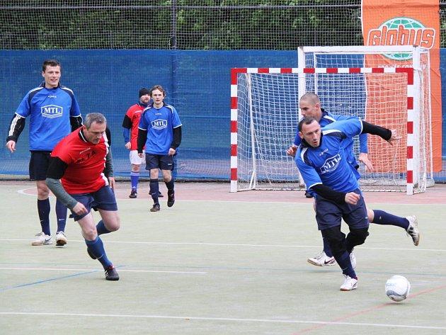 Letní futsalová liga: S.L.Z.A.Žížen-MTL Chomutov (v modrém)