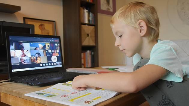 Druháci z Jirkova zažili první online vyučování.
