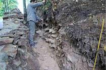 PRÁCE VE VÝKOPU. Archeologové při zkoumání odkryté vrstvy nalezli i pozůstatky dvou budov, jedna z nich zanikla při dobývání hradu v roce 1418.