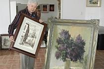 Díla od malíře Jana Plívy instaluje Josef Hána v Galerii Jirkov.