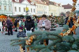 Stromky a stánky. Vánoční trhy v Chomutově začaly.