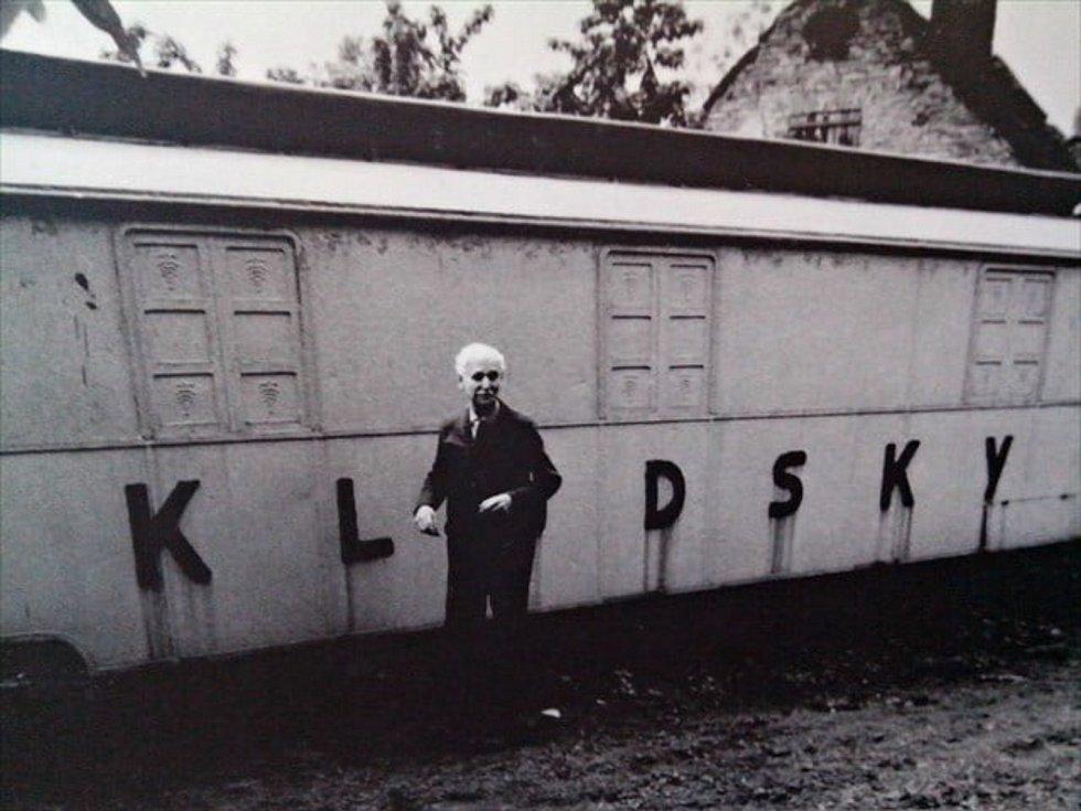 Direktorská maringotka a Karel Kludský na archivním záběru.