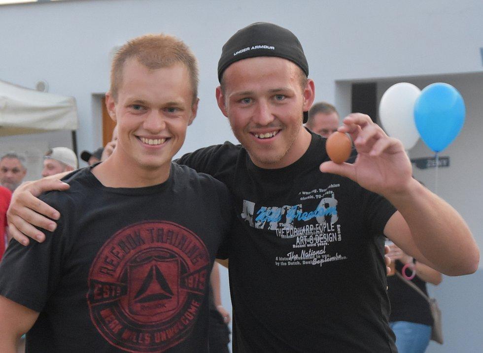 Ve vaječné bitvě vyhráli fotbalisté ze Strupčic Michal a Dominik. Už potřetí za sebou. Opět tak mají vstup do bazénu na rok zdarma.