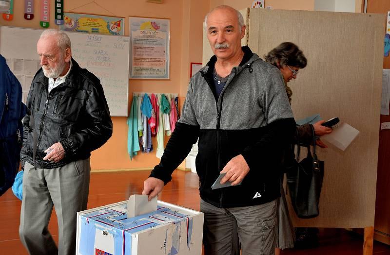 Jen během prvních pěti volebních minut do volební místnosti Na Příkopech v Chomutově dorazily dvě desítky voličů.