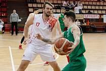 Chomutovští basketbalisté (v bílém) řádí ve druhé lize jako černá ruka.