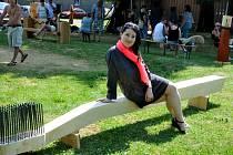 Rekreační středisko Boleboře hostilo 12. ročník sochařského sympozia. Většina vytvořených děl bude k vidění od konce července až do konce září v atriu SKKS. Stálou účastnicí sympozia je i Dita Gulíková (na snímku se svou lavicí).