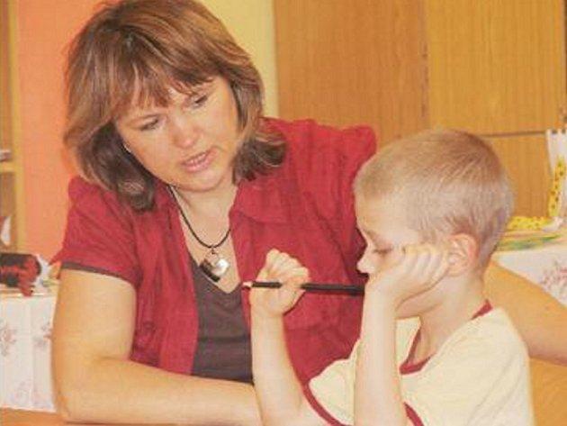 ZÁPIS. Na příchod budoucích prvňáčků se připravují také v základní škole Akademika Heyrovského. Na snímku z loňského roku učitelka Stanislava Wiedenová s jedním z dětí.