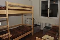 Jeden z pokojů v noclehárně pro bezdomovce.
