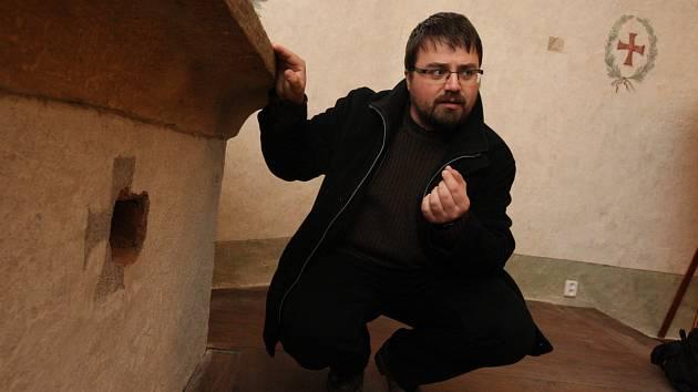 ISTORIK LUKÁŠ GAVENDA u oltáře, v němž byly nalezeny ostatky svatých.