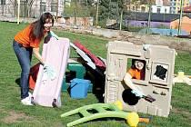 Monika Dědková z Elektráren Prunéřov a Vanda Dvorská z Elektrárny Tušimice se věnují čištění a následné sestavě hracích prvků pro dětské hřiště u ZŠ, MŠ a jeslí Raduška.